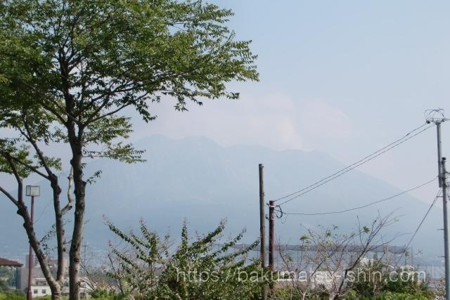 西南戦争西郷隆盛が眠る南洲墓地から望む桜島